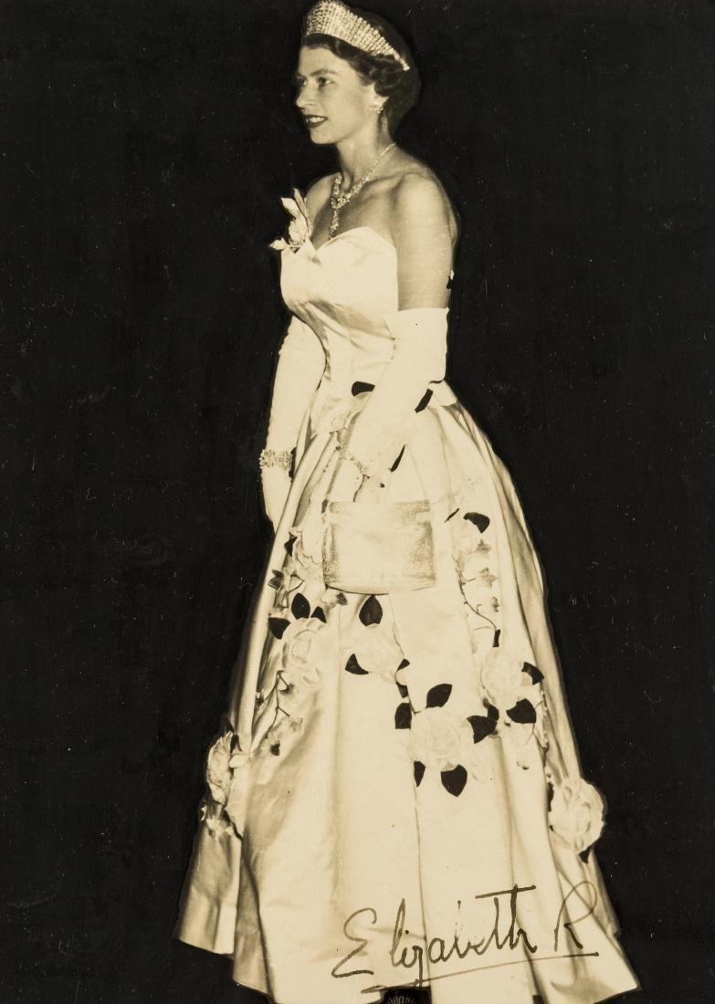 Elizabeth II (Queen) Photograph portrait signed of the