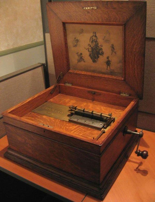 1610: Antique Regina Music Box-Museum Quality Invest!