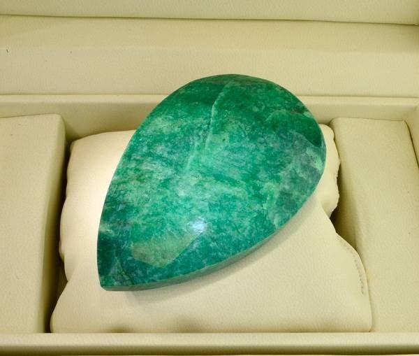 APP: 41.8k 1,043.80CT Emerald Gemstone