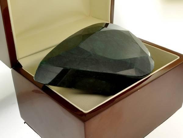 APP: 69.3k 1,980.65CT Emerald Gemstone
