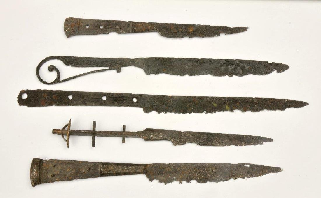 A LOT OF 4 MEDIEVAL KNIVES, 14TH-15TH CENTURY