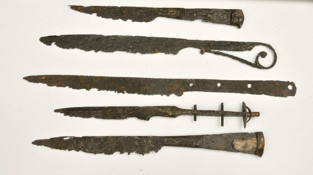 A LOT OF 4 MEDIEVAL KNIVES, 14TH-15TH CENTURY - 2