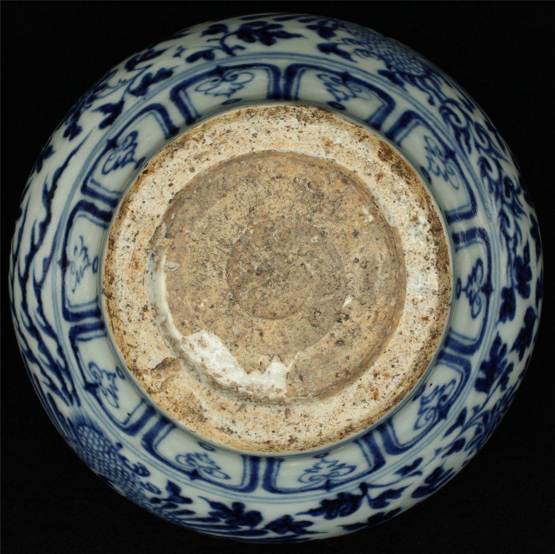 Blue and white porcelain jar. - 2