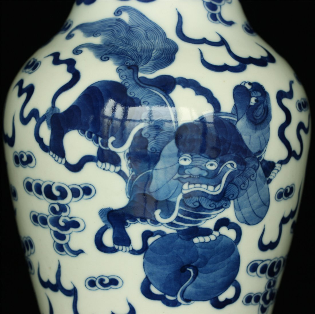 Blue and white porcelain vase. - 4