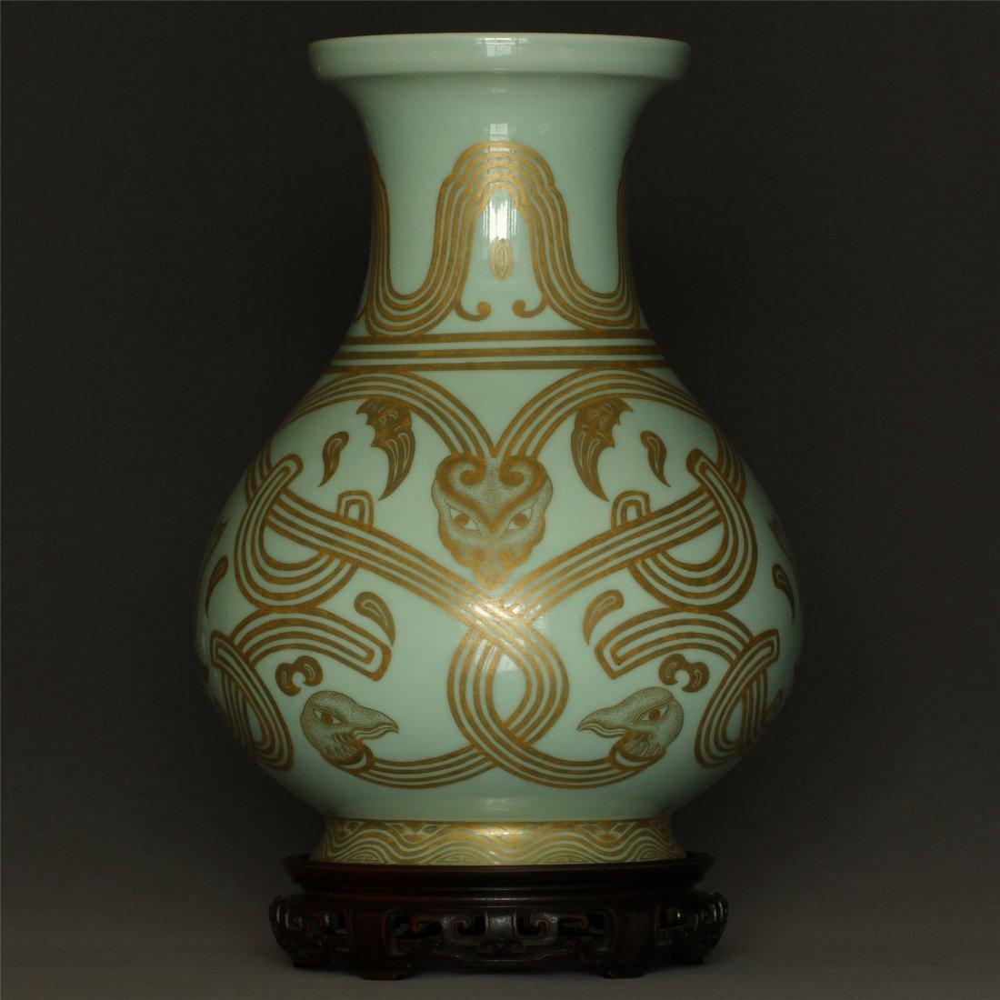 Green glaze gilt porcelain vase of Qing Dynasty