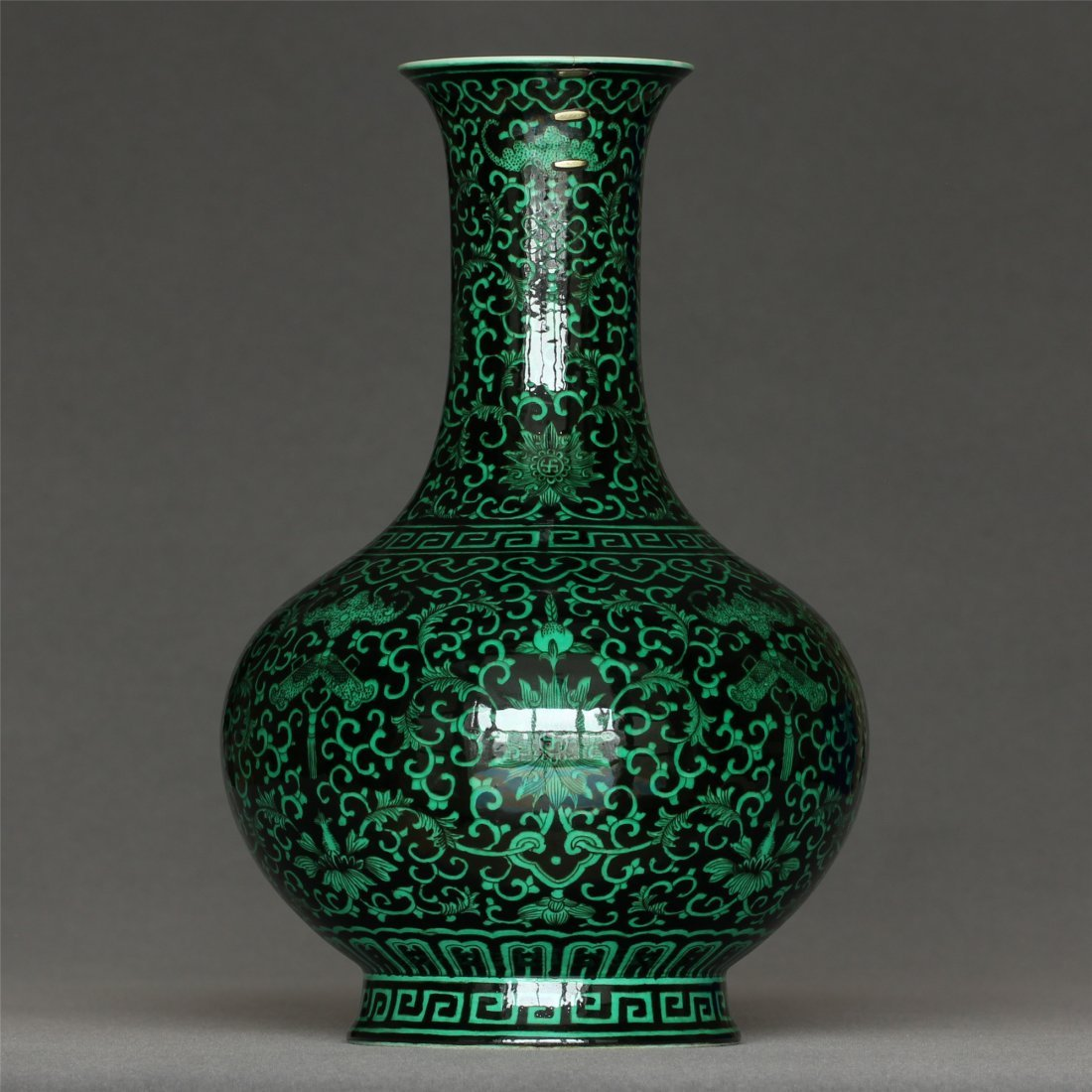 Green glaze and black color vase of Qing Dynasty