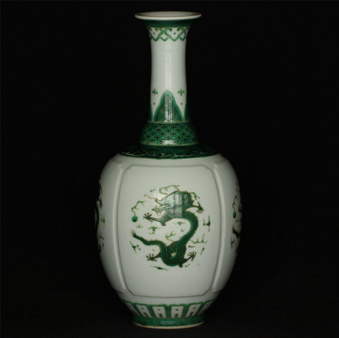 Green color porcelain vase of Qing Dynasty QianLong