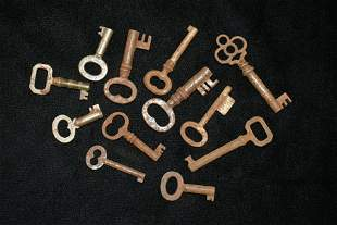 LOT OF VINTAGE SKELETON KEYS