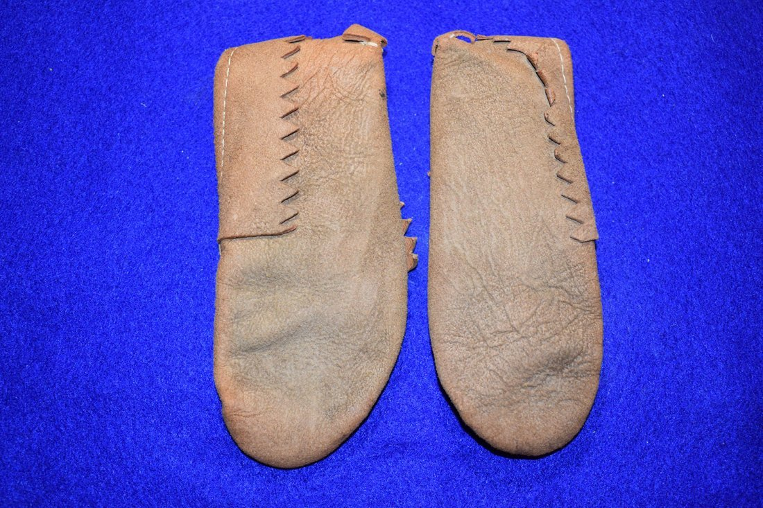 PAIR OF PLAINS INDIAN CHILDS MOCCASINS, CIRCA 1930'S. - 2