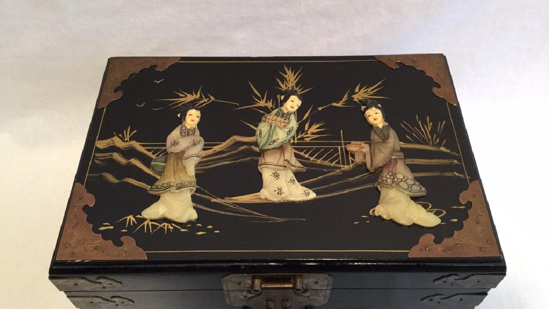 Black lacquer jewelry box with Jade/Bone figures - 3