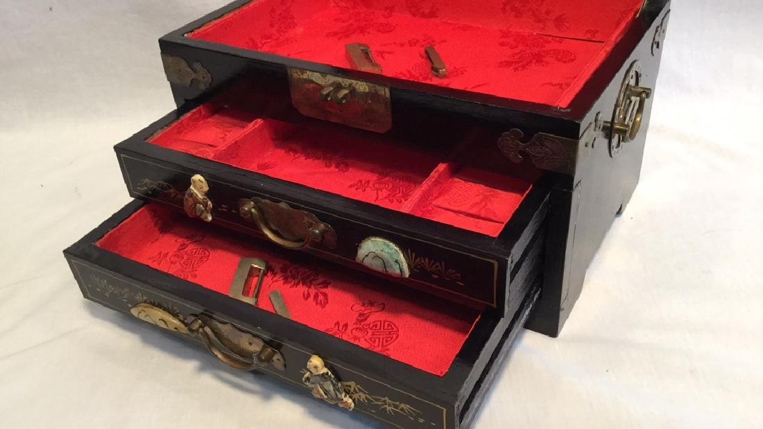 Black lacquer jewelry box with Jade/Bone figures - 6