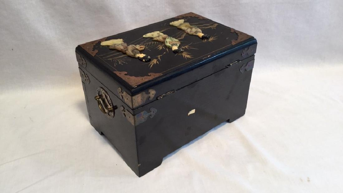 Black lacquer jewelry box with Jade/Bone figures - 8