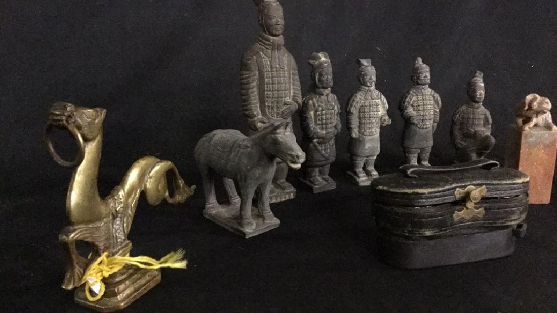 Small Asian figurines and stone stamps - 3