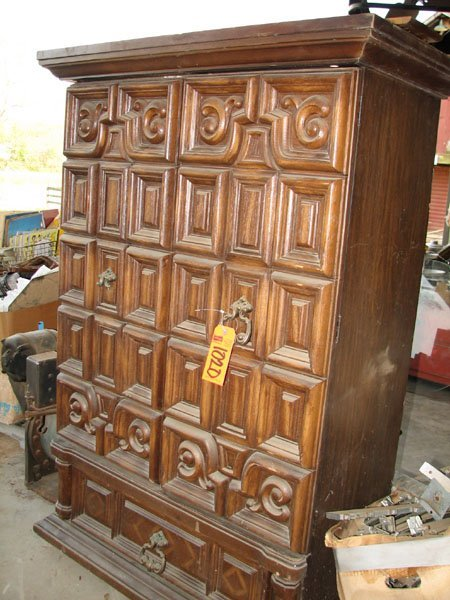1020: WOODEN UPRIGHT DRESSER WITH TWO SHELVES AND ONE D