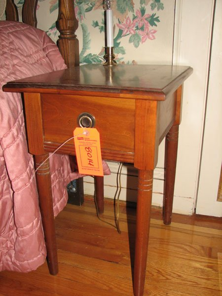 8014: ANTIQUE WOODEN NIGHTSTAND WITH DRAWER