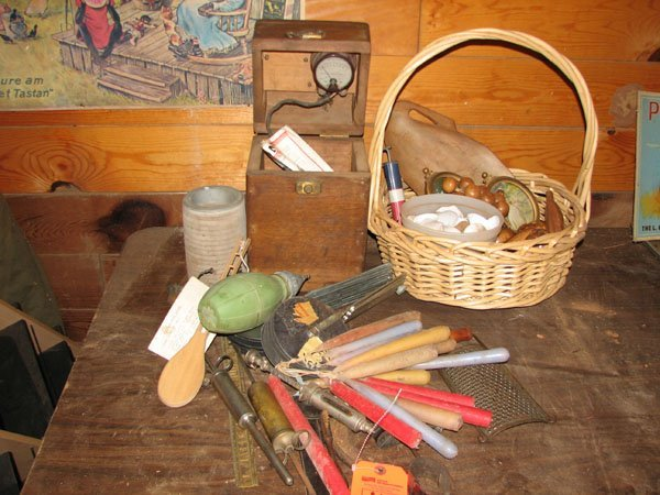 3014: COLLECTIBLE ITEMS THAT INCLUDES A WOODEN BOX OF W