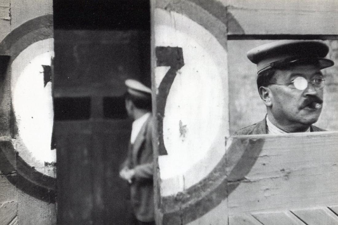 CARTIER-BRESSON - Inside bullfighting doors. Valencia