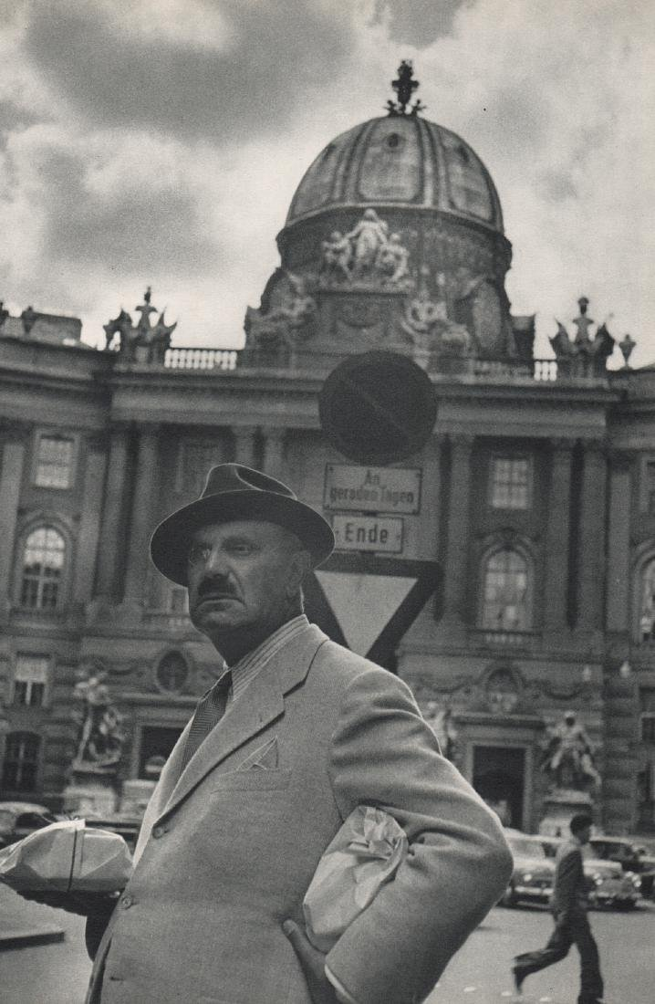 HENRI CARTIER-BRESSON - In Front of the Hofburg. Vienna