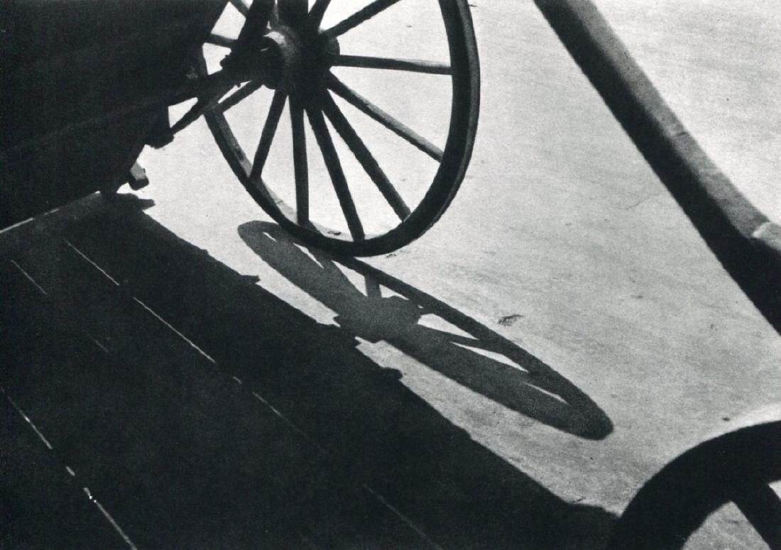 """ANDRE KERTESZ - """"Aux Halles"""" Paris 1928"""