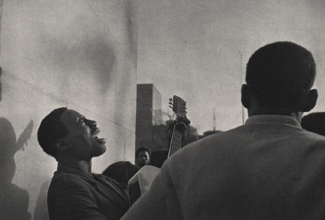 ANDRE KERTESZ - Street Singer, New York 1969