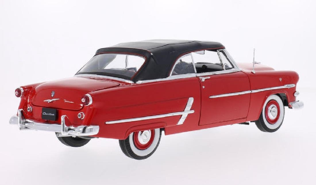 Welly Scale 1:18 Ford Crestline Sunliner 1953 - 3