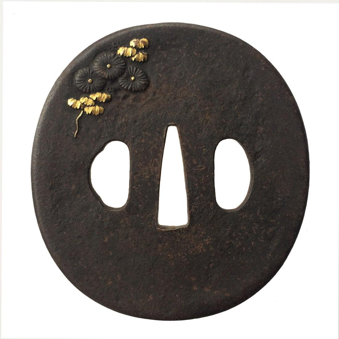 Iron tsuba carved and inlaid with shibuichi and gold - 3