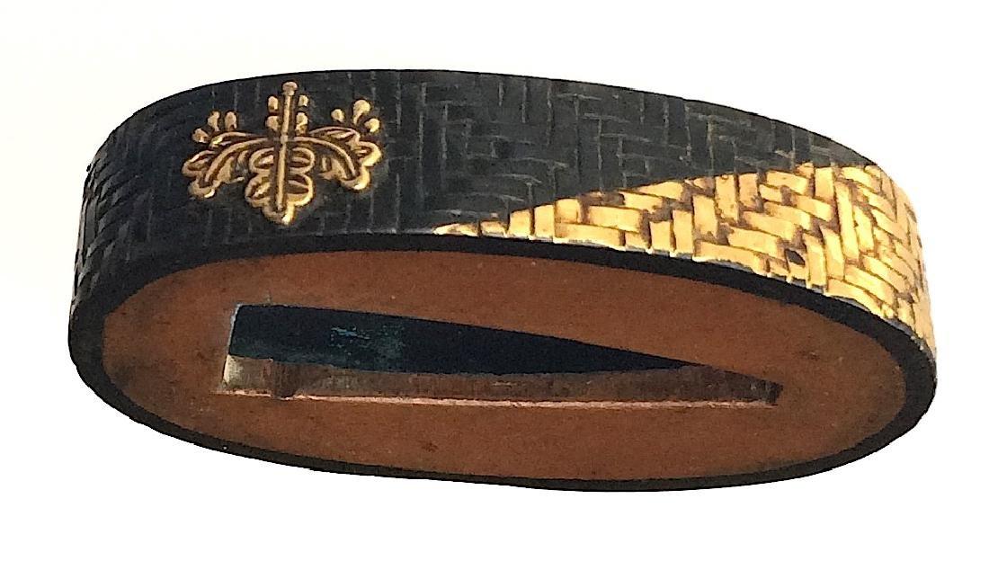 Fuchi-Kashira of gold and shakudo with a kiri-mon - 2