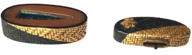 Fuchi-Kashira of gold and shakudo with a kiri-mon - 5