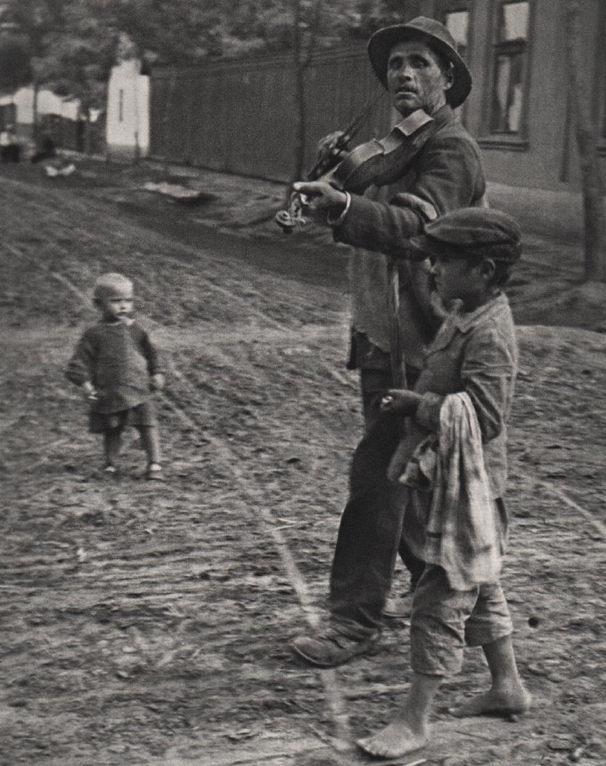 ANDRE KERTESZ - Wondering Violinist, 1921