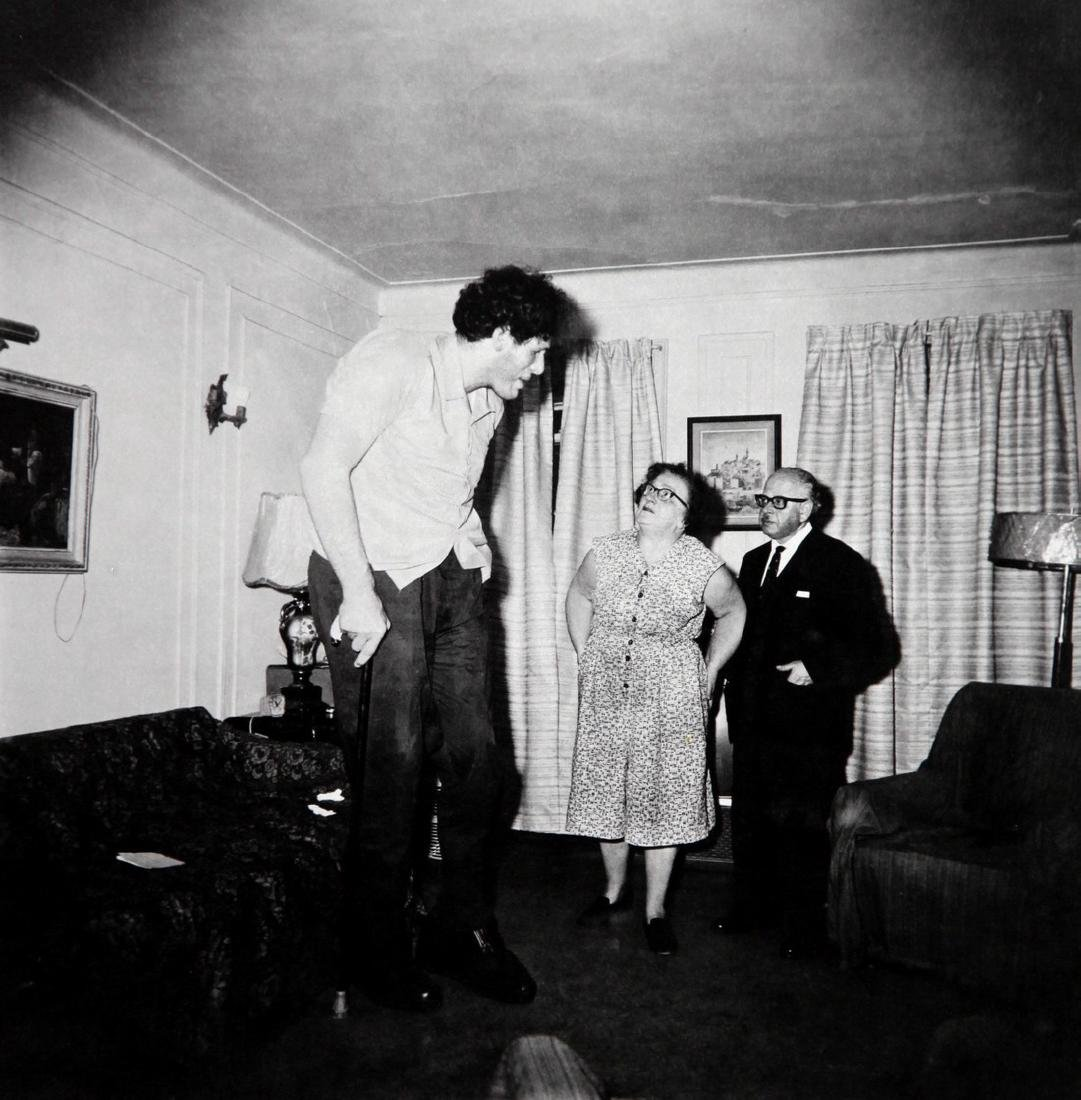 DIANE ARBUS - A giant at home with parents in the Bronx