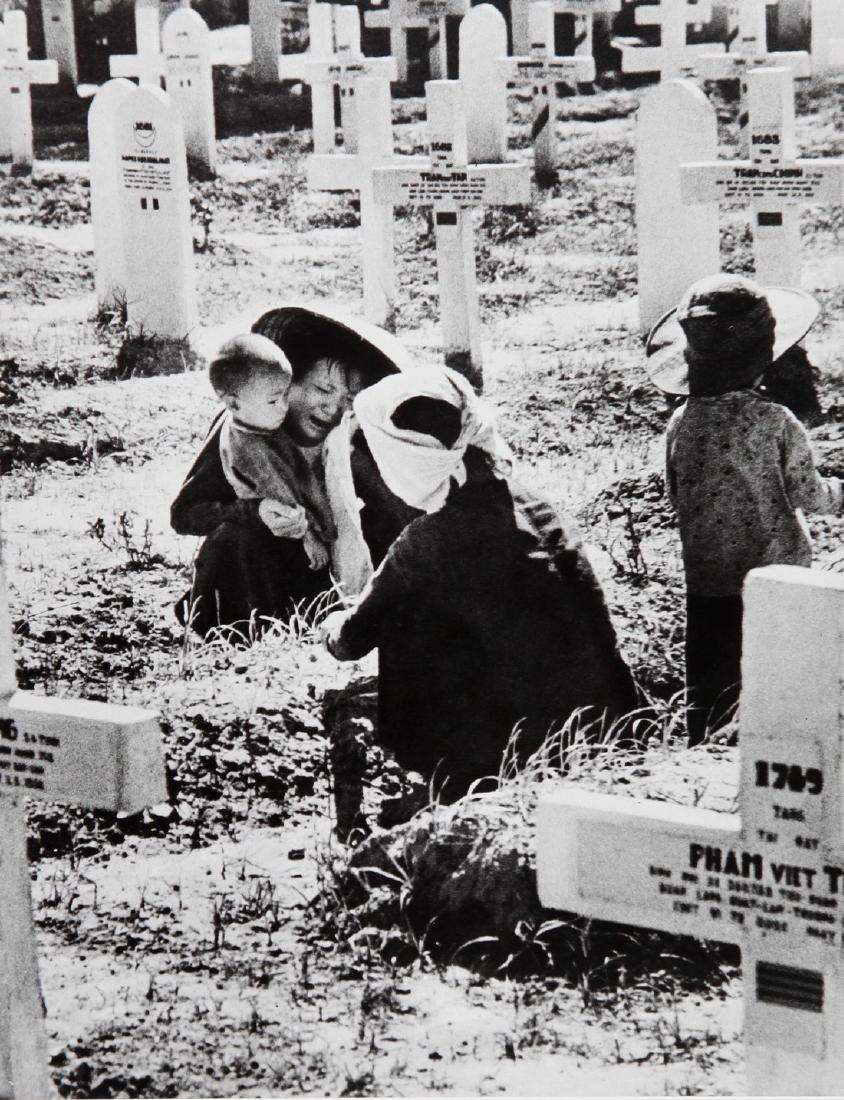 ROBERT CAPA - Indochine 1954 Vietnamese widows
