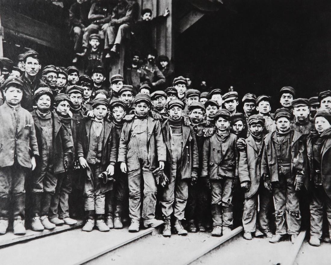 LEWIS HINE - A group of boys in coal mine Pensilvanya