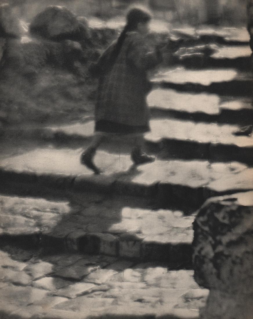 MARTIN MUNKACSI - Girl on the Stairs