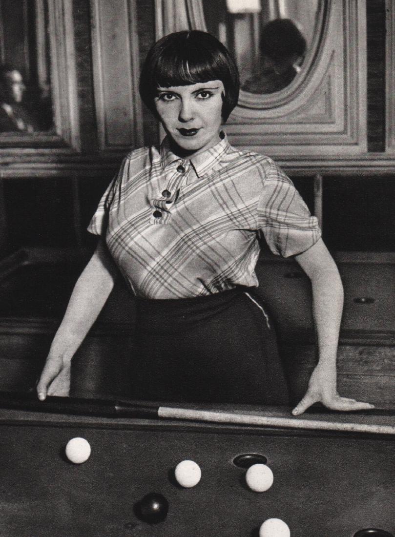 BRASSAI - La fille au billard, 1932
