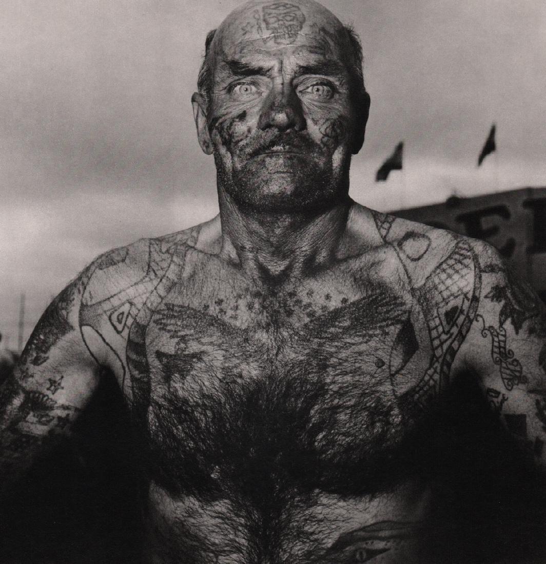 DIANE ARBUS - Tattooed Man