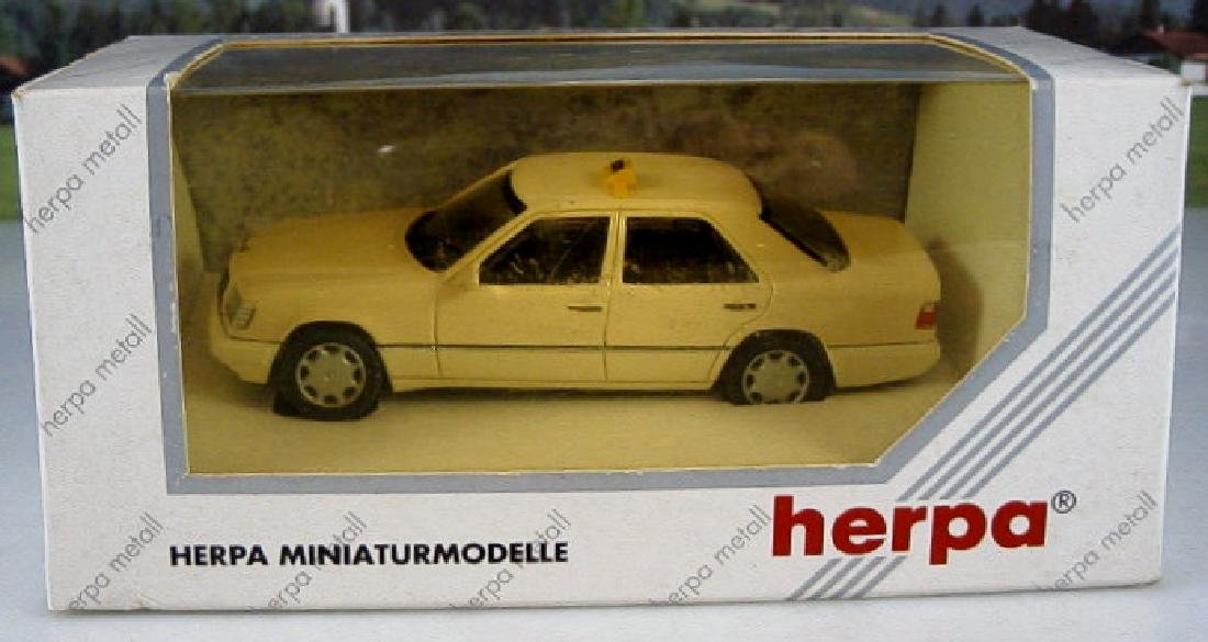 Herpa metall 1/43 Mercedes E320 Limousine 'Taxi'.