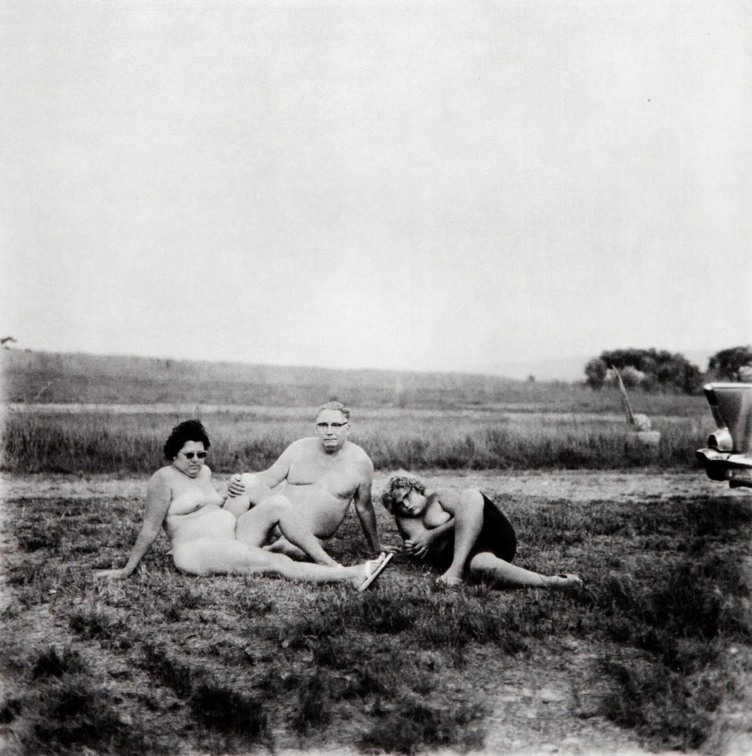 DIANE ARBUS - A family one evening nudist camp 1965