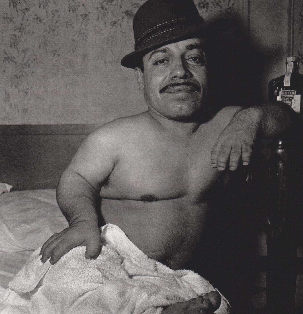 DIANE ARBUS - Dwarf in his Hotel Room
