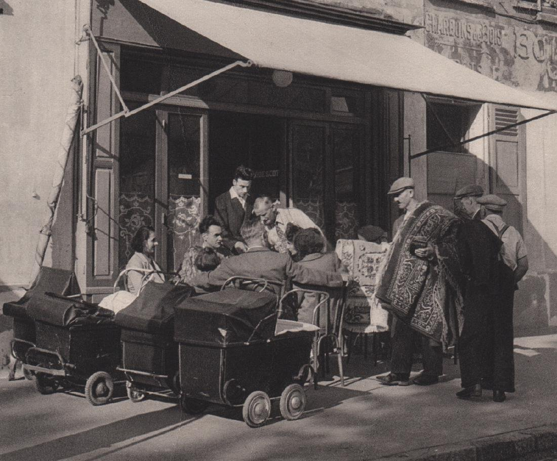 ROBERT DOISNEAU - Sunday in the Suburbs