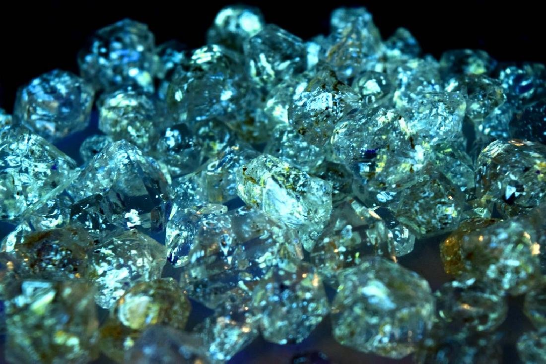 224 Gram Flourescent petroleum diamond quartz crystals - 8