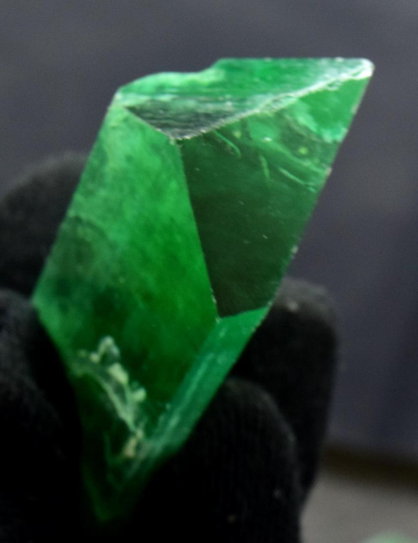 115 Gram v shape terminated and undamaged lush green - 4