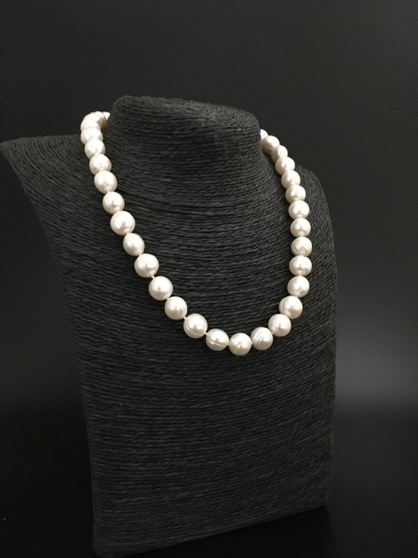 necklace of white cultered freshwaterpearls with 9 ct