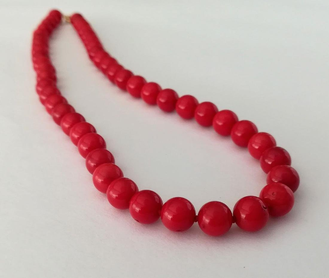 19,2 kt - Red coral necklace 8 mm - gold clasp ring - 3