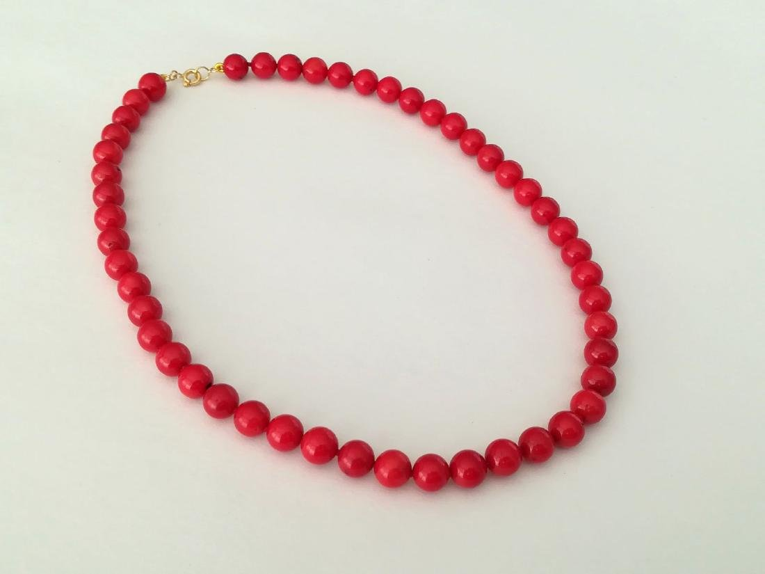 19,2 kt - Red coral necklace 8 mm - gold clasp ring - 5