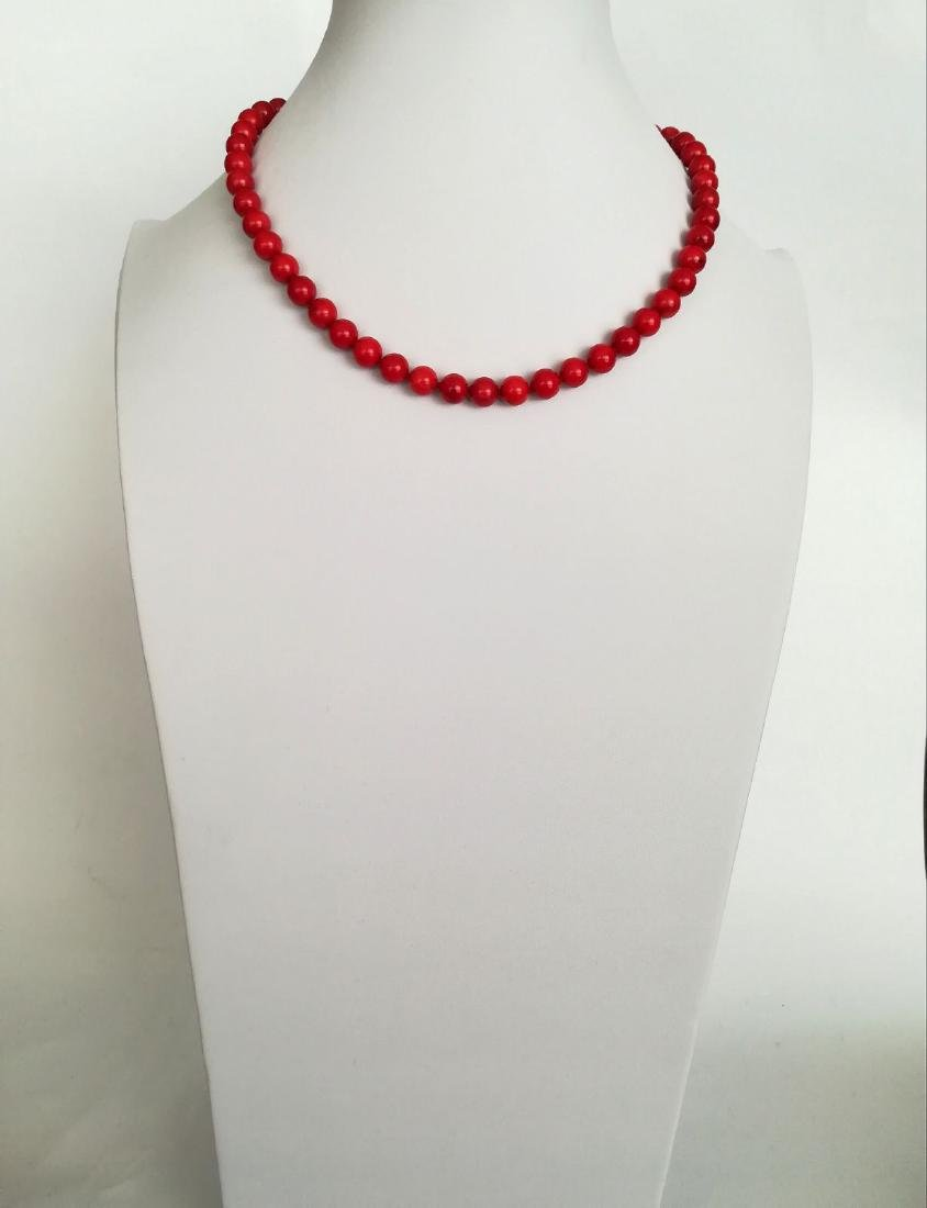 19,2 kt - Red coral necklace 8 mm - gold clasp ring - 6