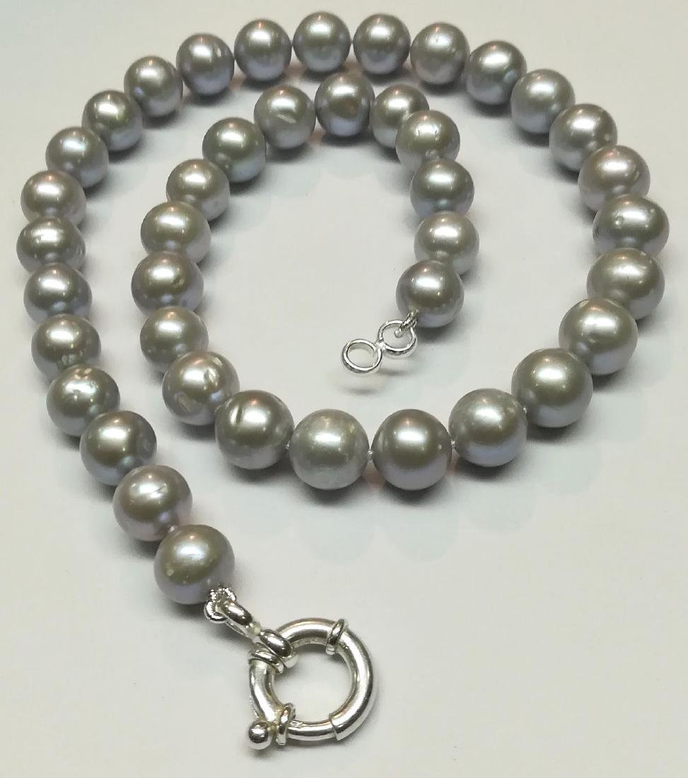 Necklace made of saltwater cultured pearls with silver