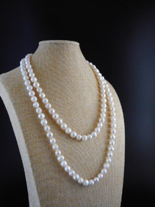 Pearl necklace of white baroque cultured