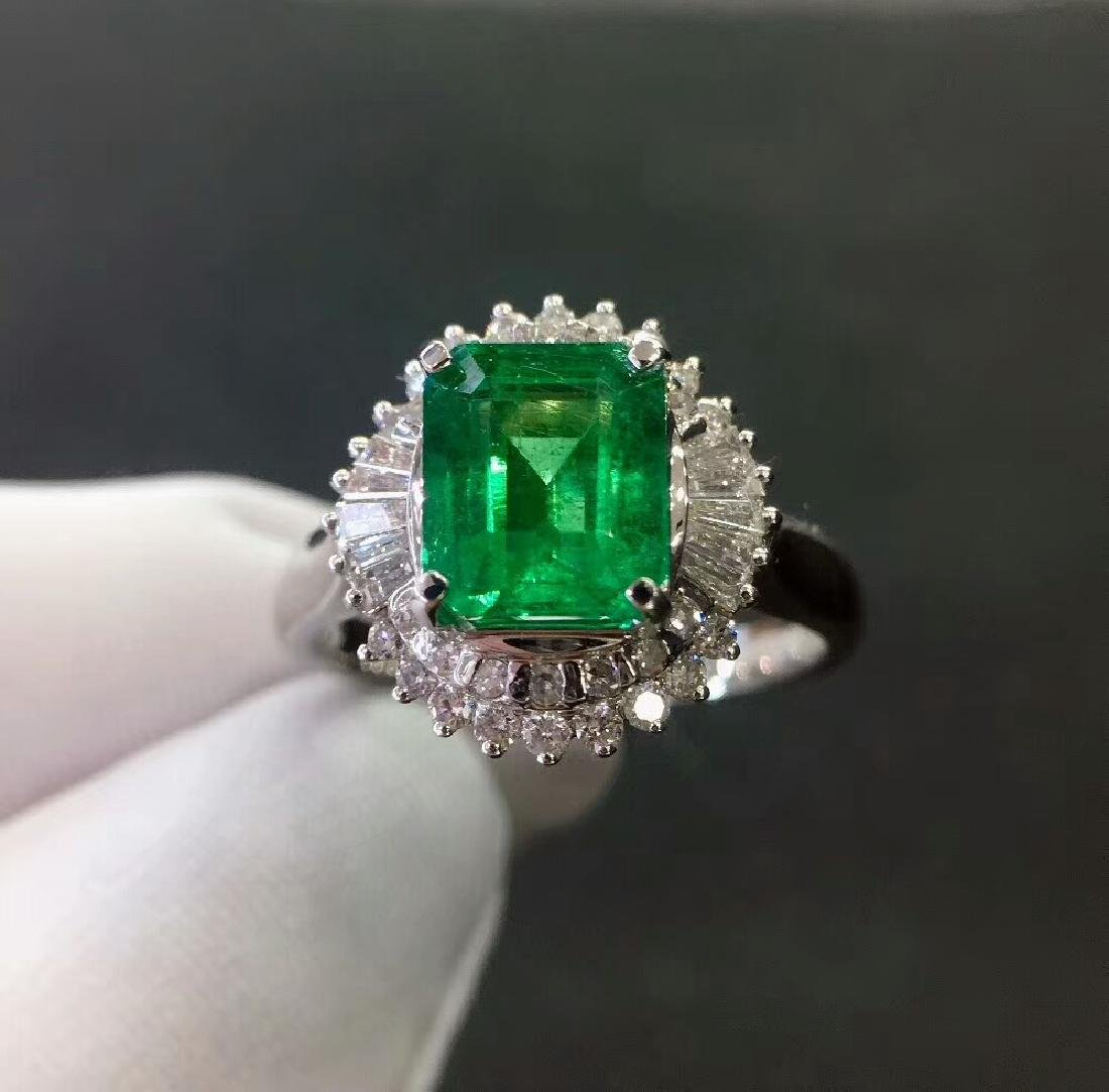 2.7ct Emerald Ring in 18kt white Gold