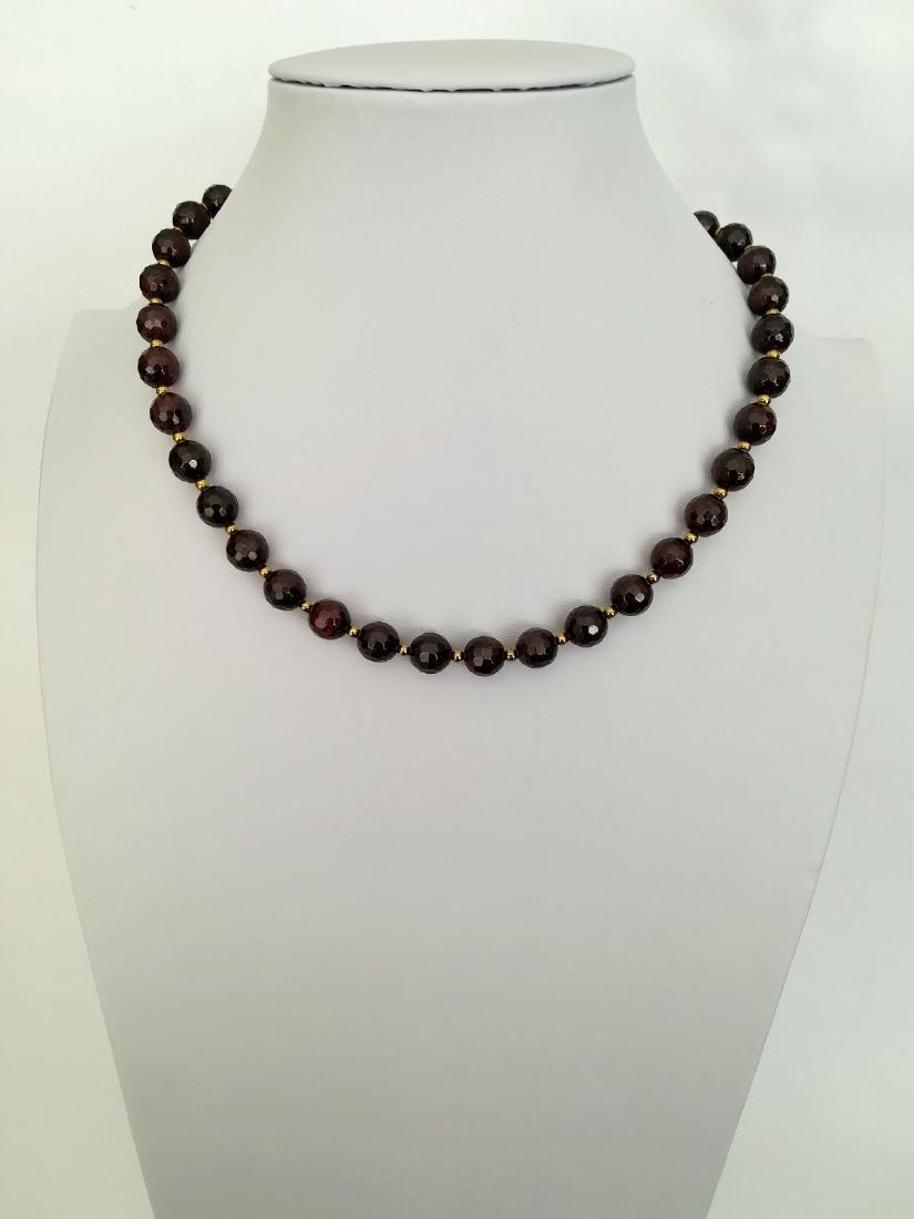 Faceted 9.5 mm garnet necklace – 19.2 kt gold clasp - 10
