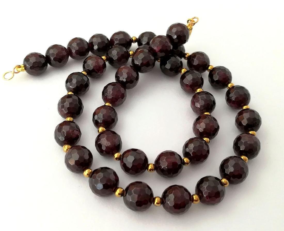 Faceted 9.5 mm garnet necklace – 19.2 kt gold clasp